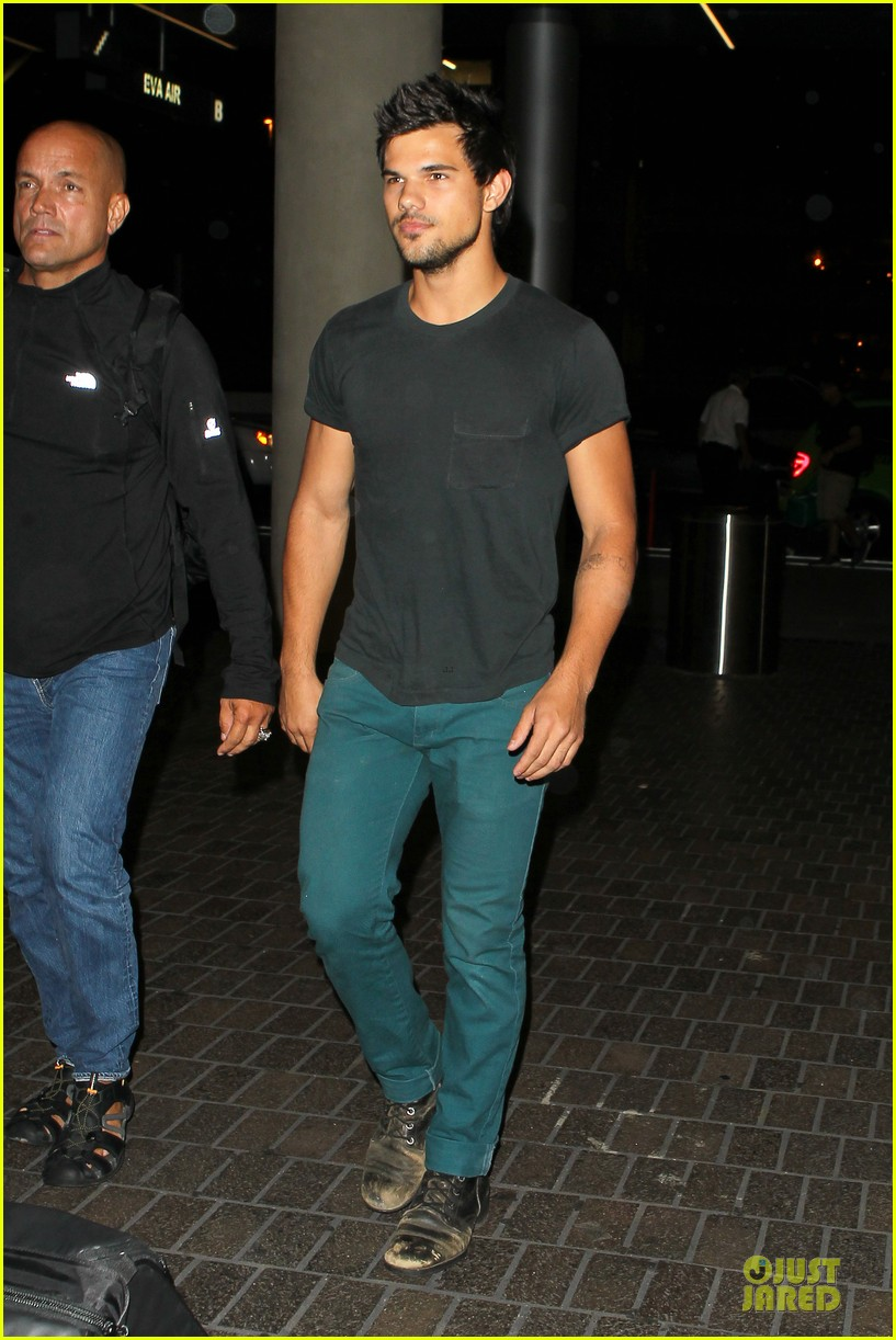 taylor lautner flies without marie avgeropoulos 092930492