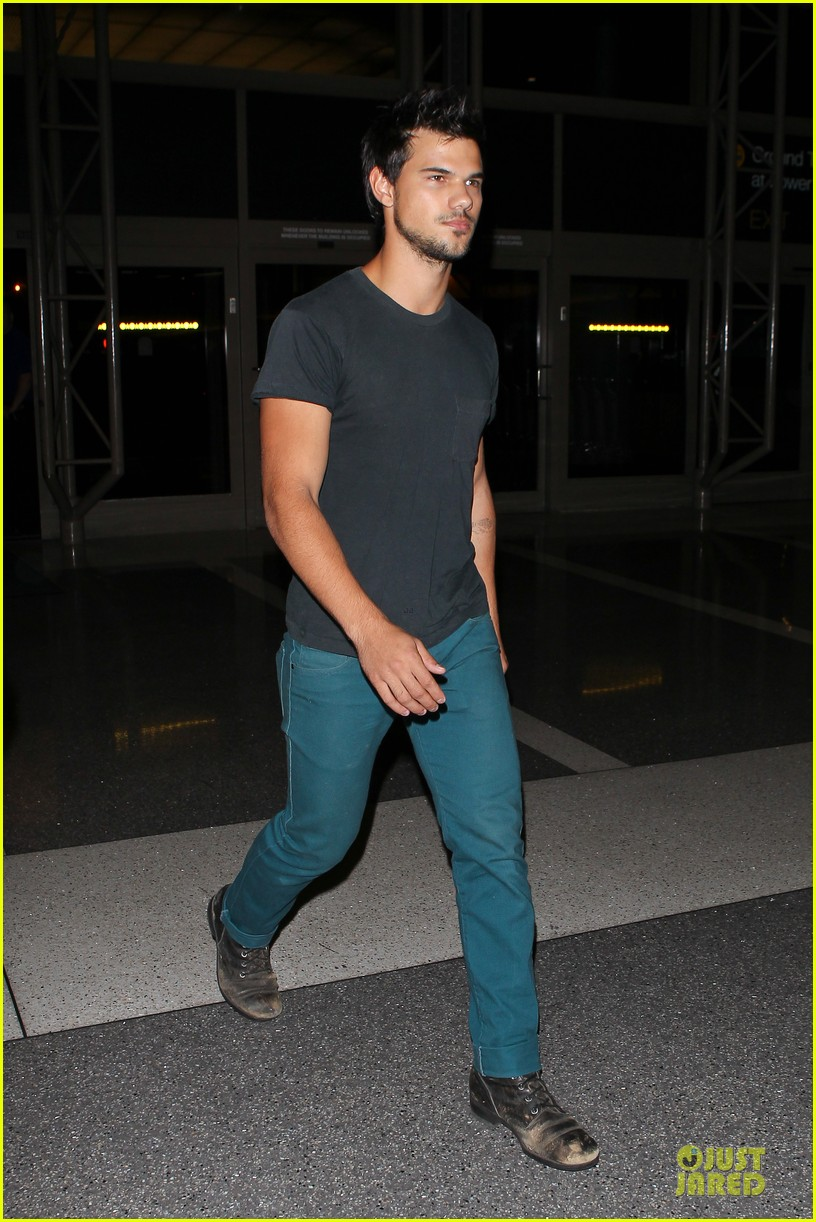 taylor lautner flies without marie avgeropoulos 102930493