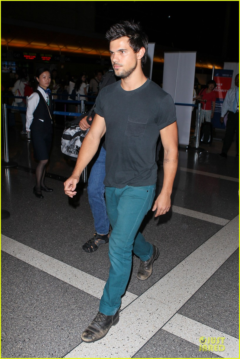 taylor lautner flies without marie avgeropoulos 12