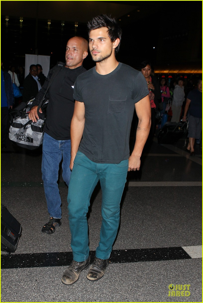 taylor lautner flies without marie avgeropoulos 152930498