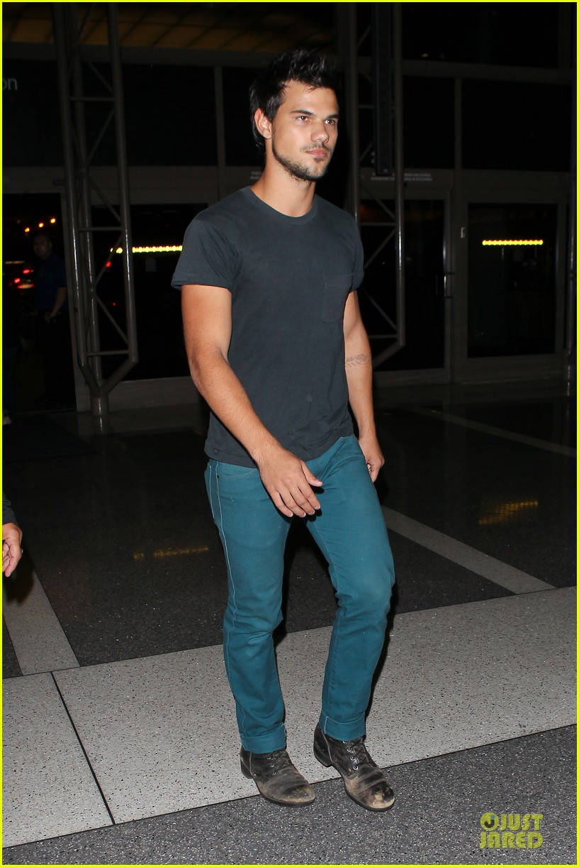 taylor lautner flies without marie avgeropoulos 162930499