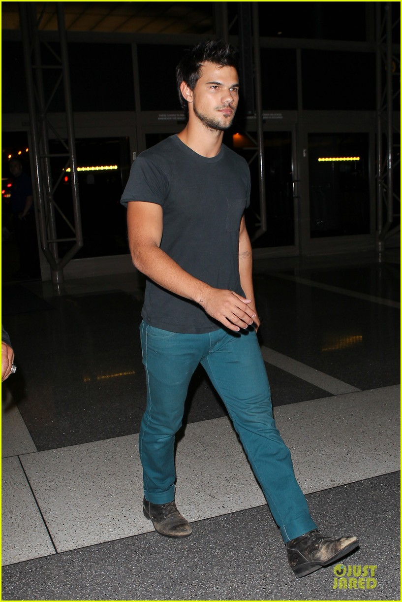 taylor lautner flies without marie avgeropoulos 182930501
