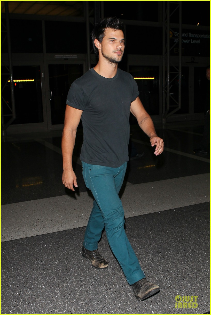 taylor lautner flies without marie avgeropoulos 202930503