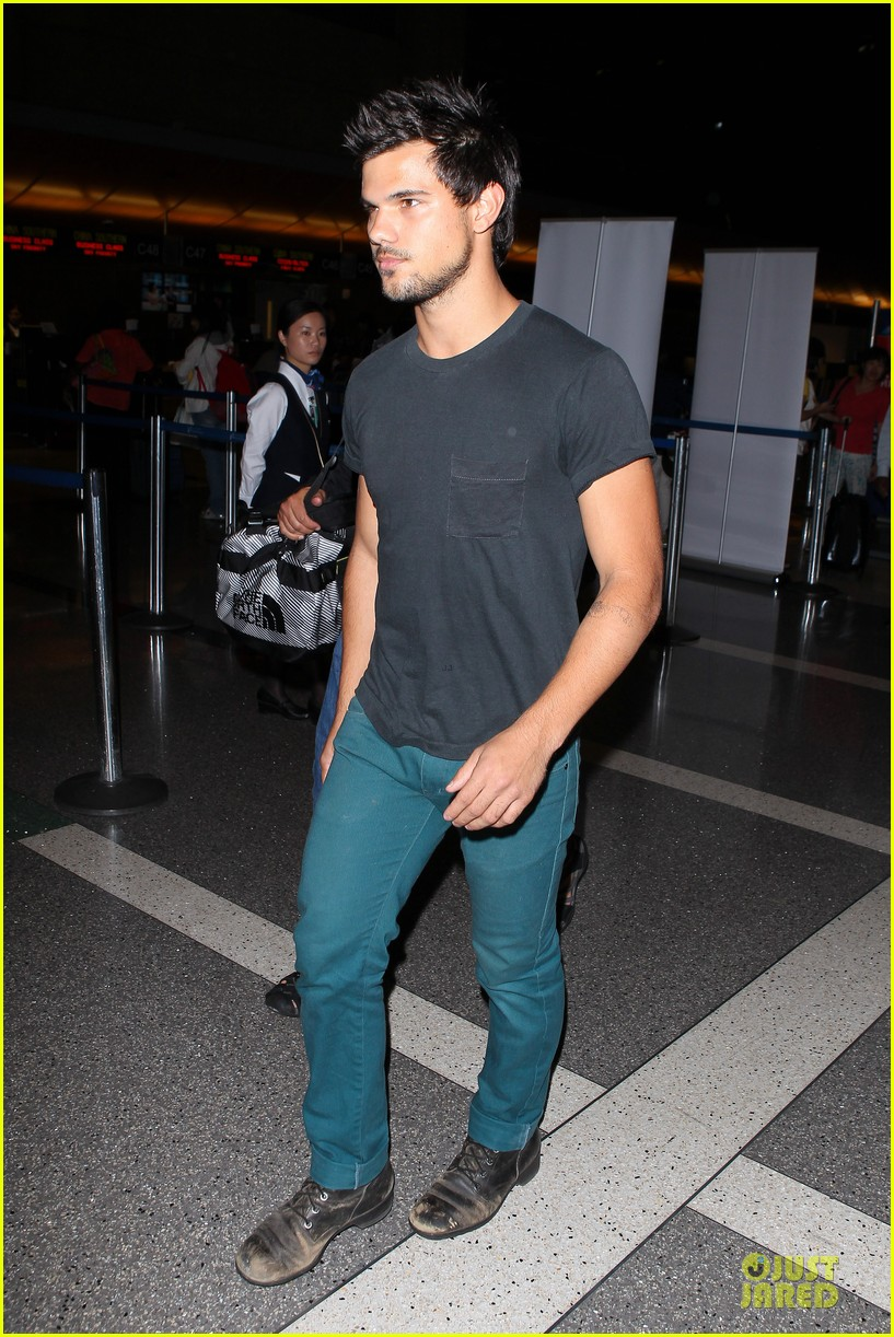 taylor lautner flies without marie avgeropoulos 222930505
