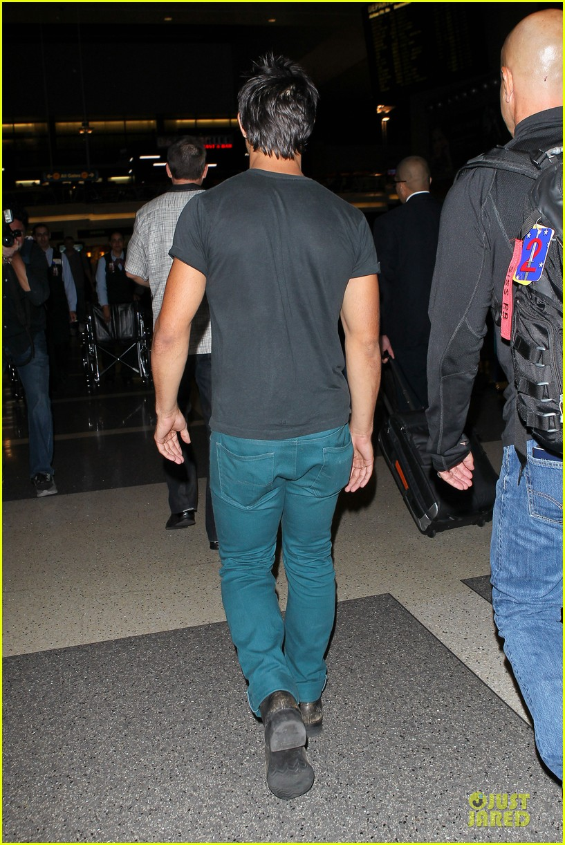 taylor lautner flies without marie avgeropoulos 232930506