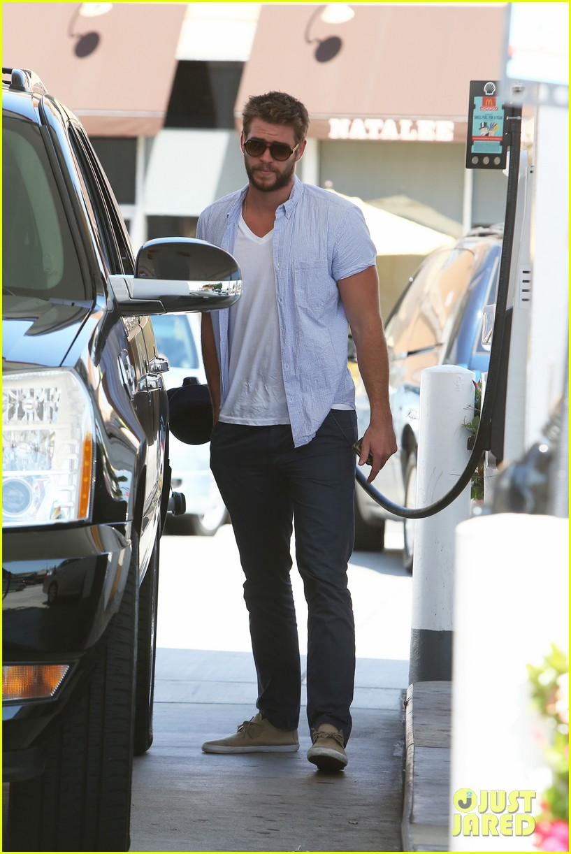 liam hemsworth fills up his hybrid suv 102936090