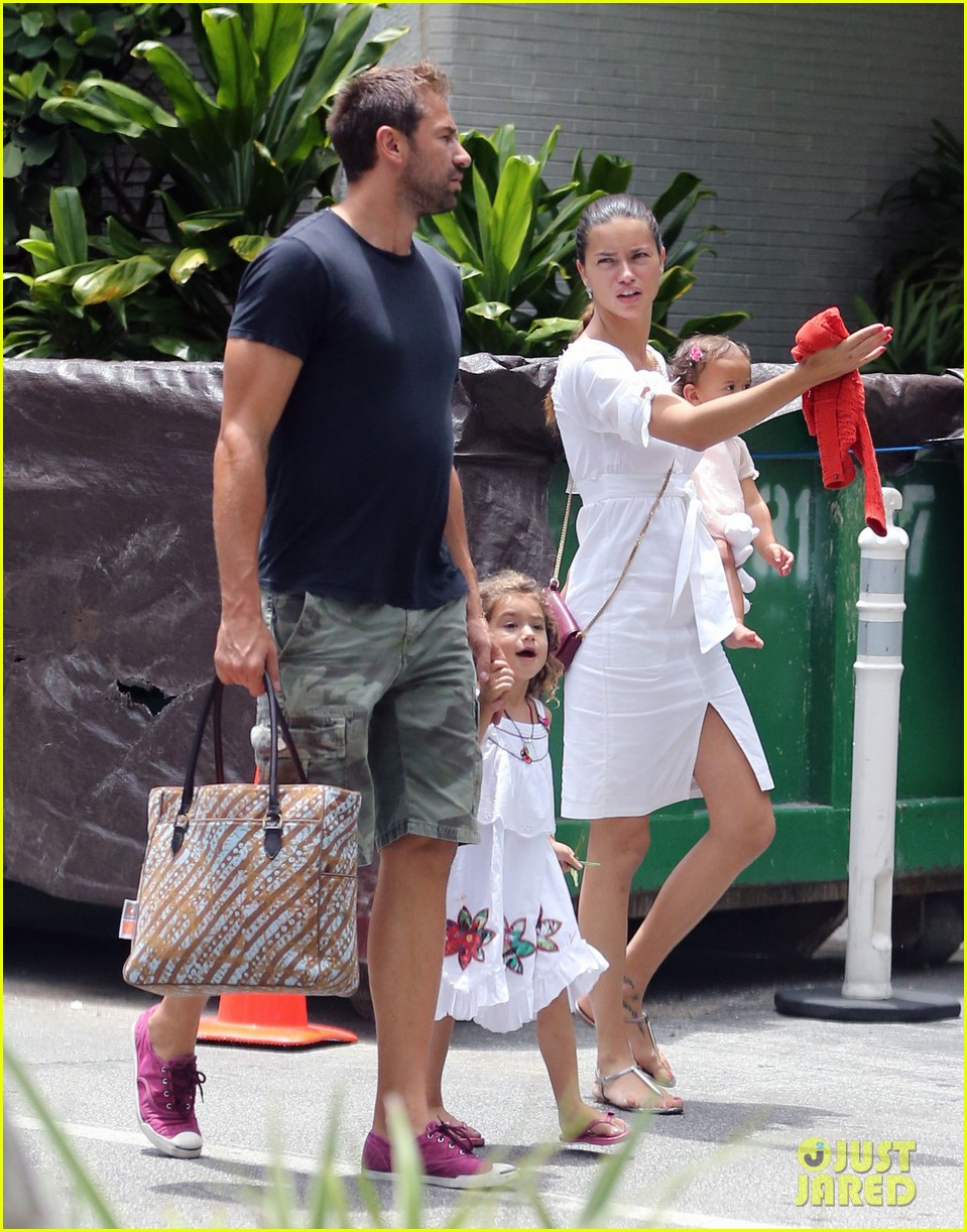 adriana lima spends relaxation day with her family 012931068