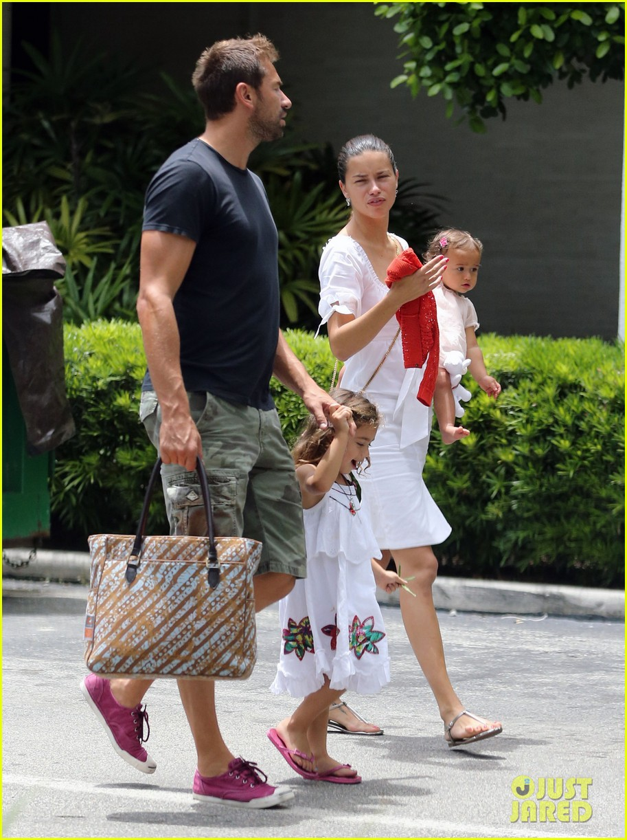 adriana lima spends relaxation day with her family 032931070