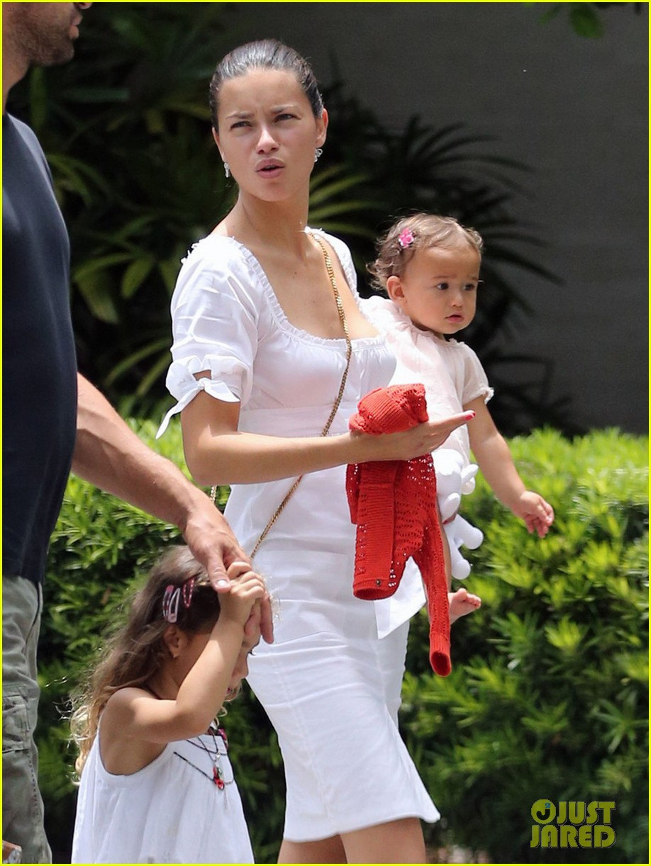 adriana lima spends relaxation day with her family 042931071