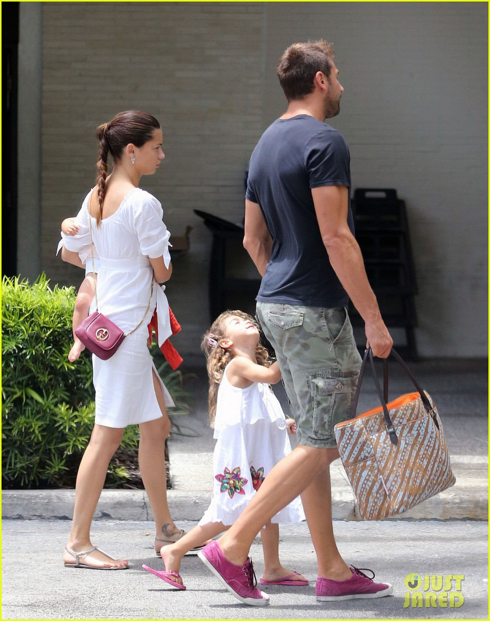 adriana lima spends relaxation day with her family 052931072