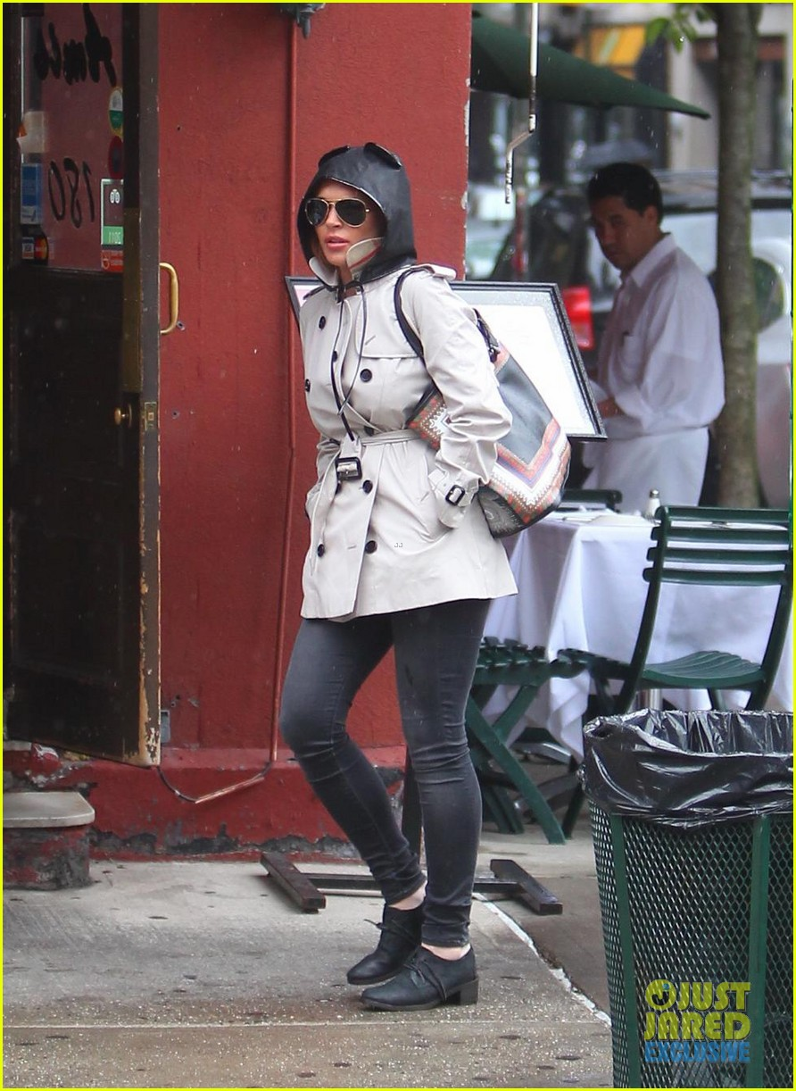 lindsay lohan bundles up on rainy day in new york city 01