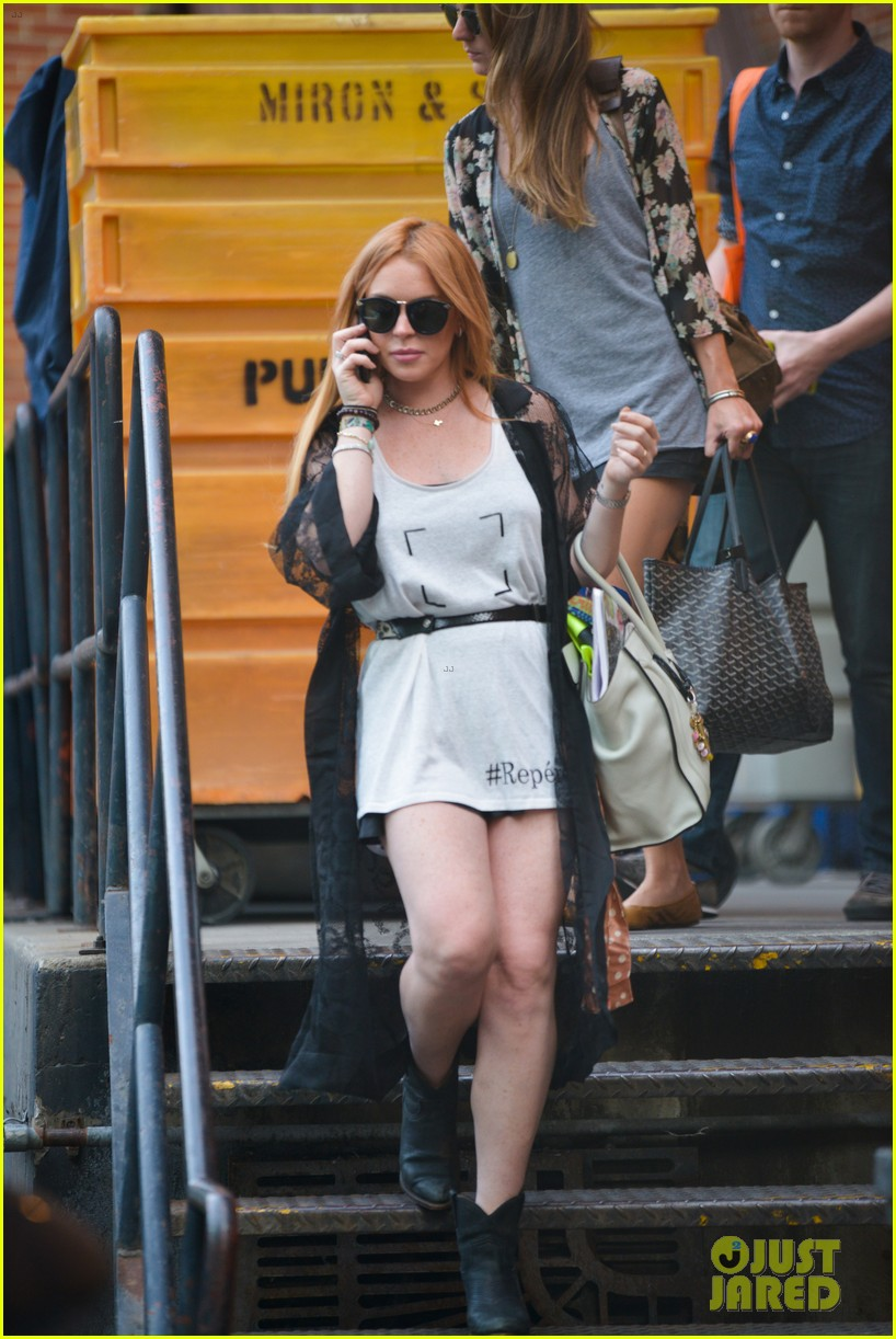 lindsay lohan gets behind the wheel in new york city 012940899