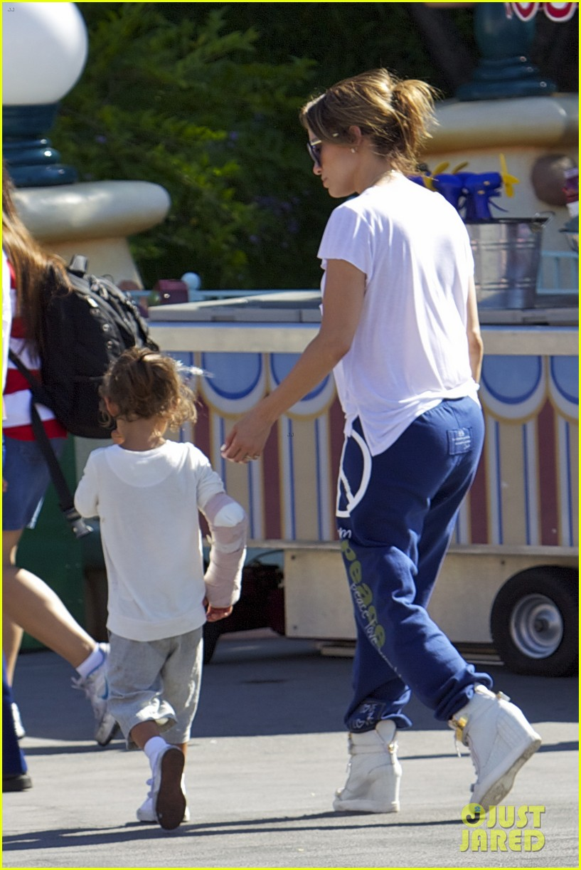 jennifer lopez spends fun day at disneyland with the kids 08