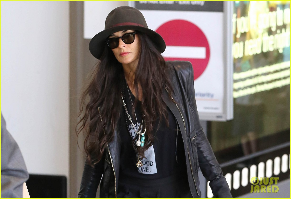 demi moore travels light through lax 022930018