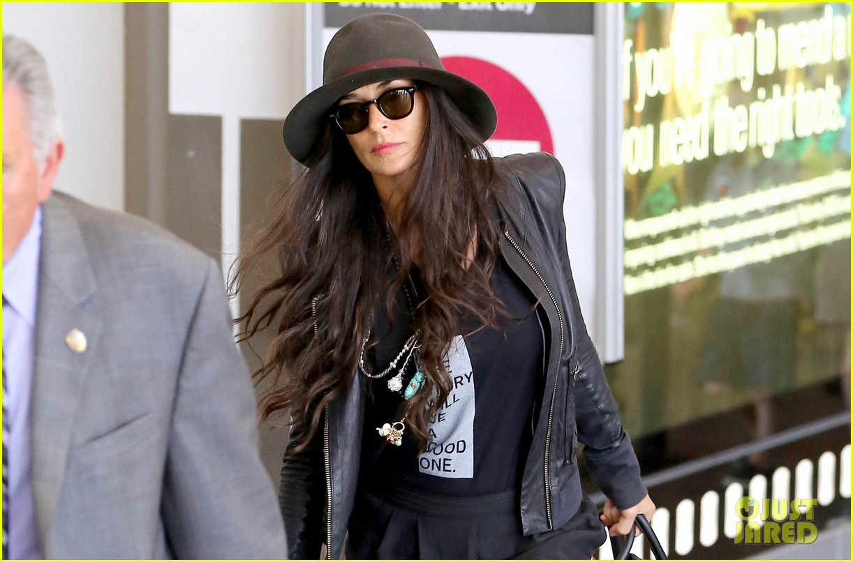 demi moore travels light through lax 032930019