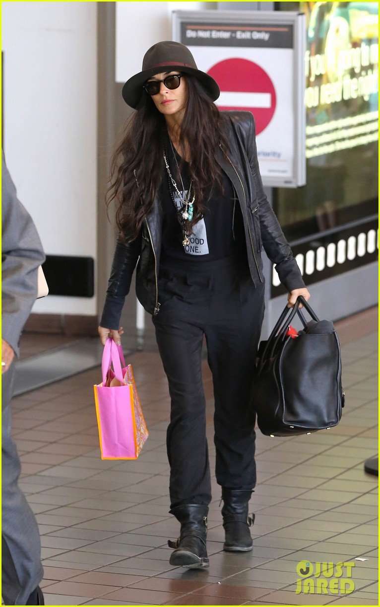 demi moore travels light through lax 042930020