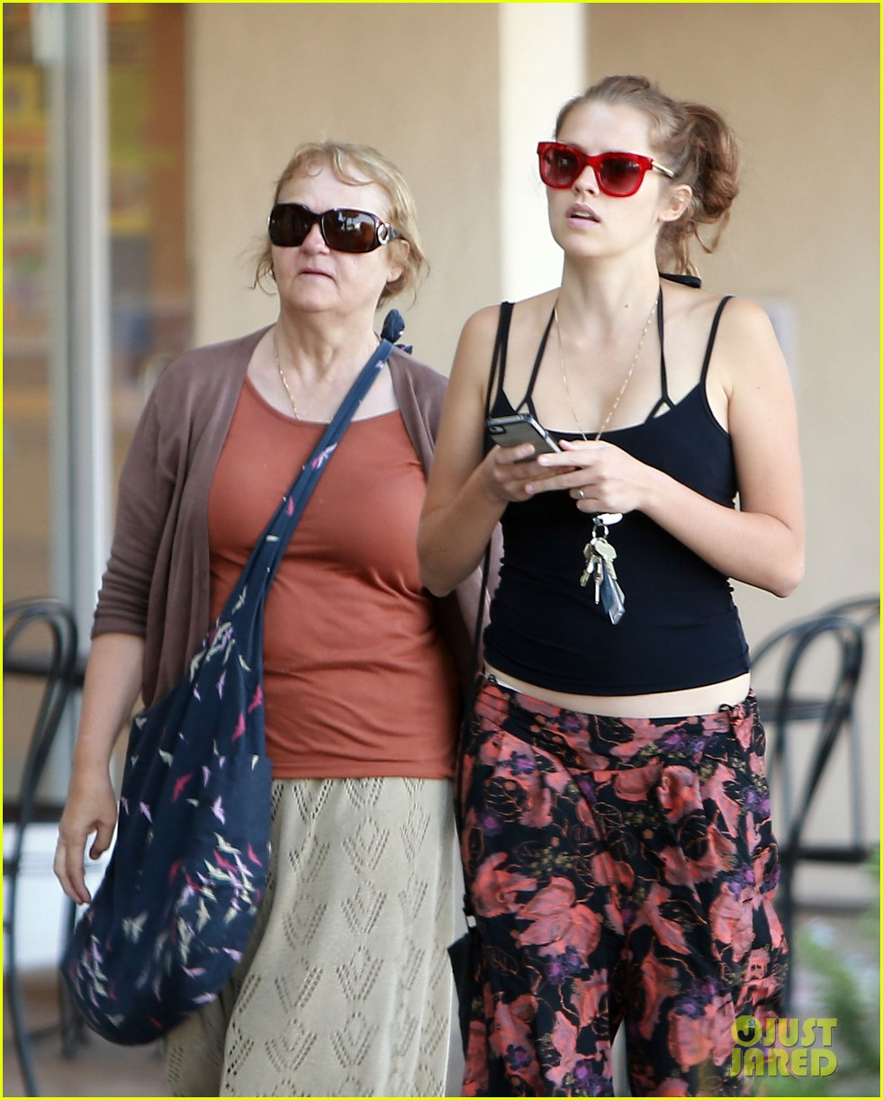 teresa palmer shows off tiny baby bump after pregnancy news 092929450