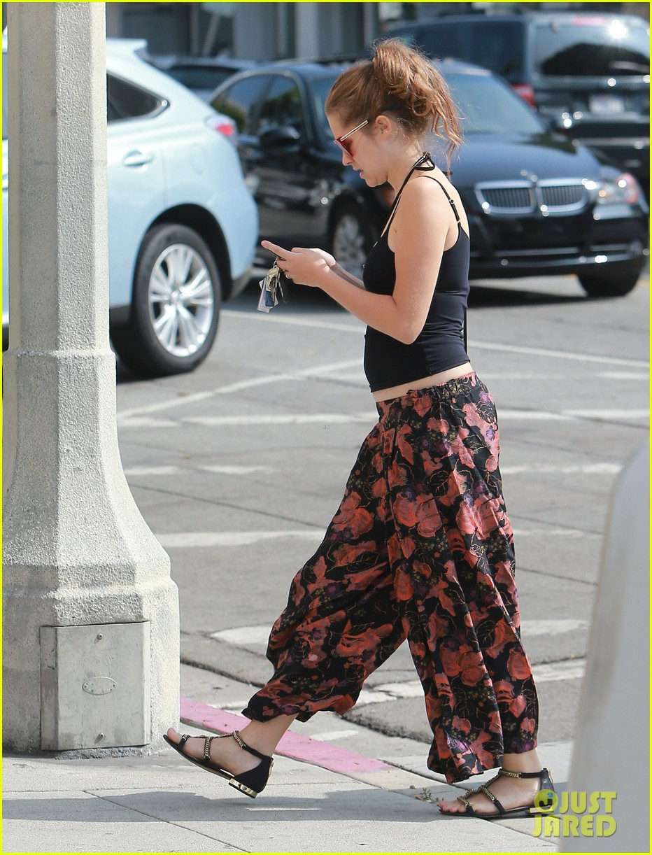 teresa palmer shows off tiny baby bump after pregnancy news 142929455