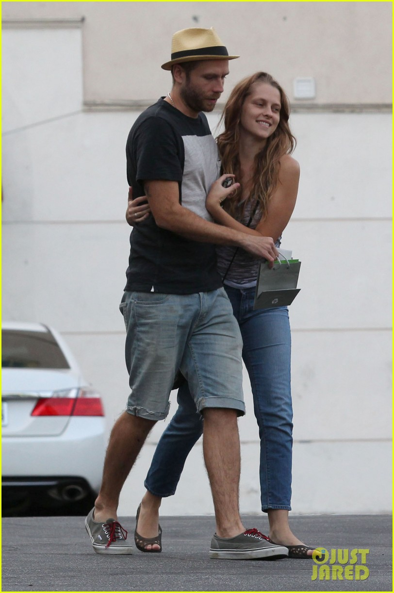 teresa palmer shows off new engagement ring 032938856