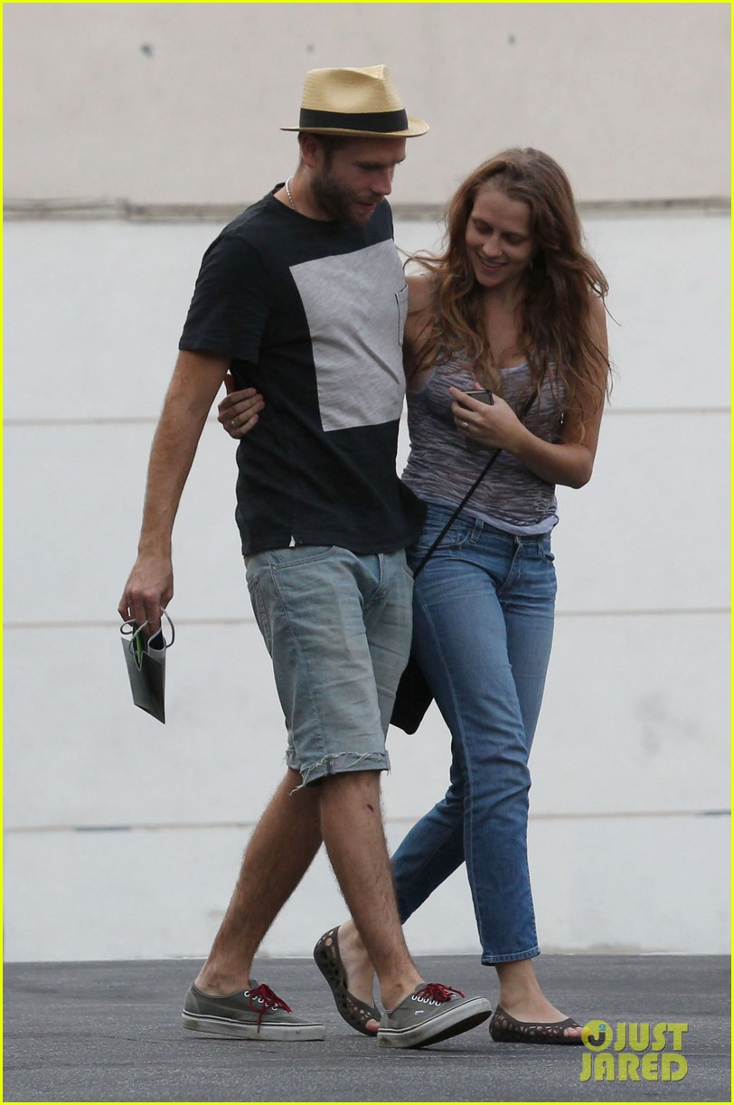 teresa palmer shows off new engagement ring 042938857