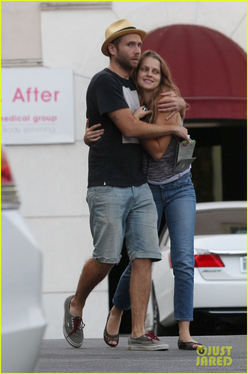 teresa palmer shows off new engagement ring 062938859