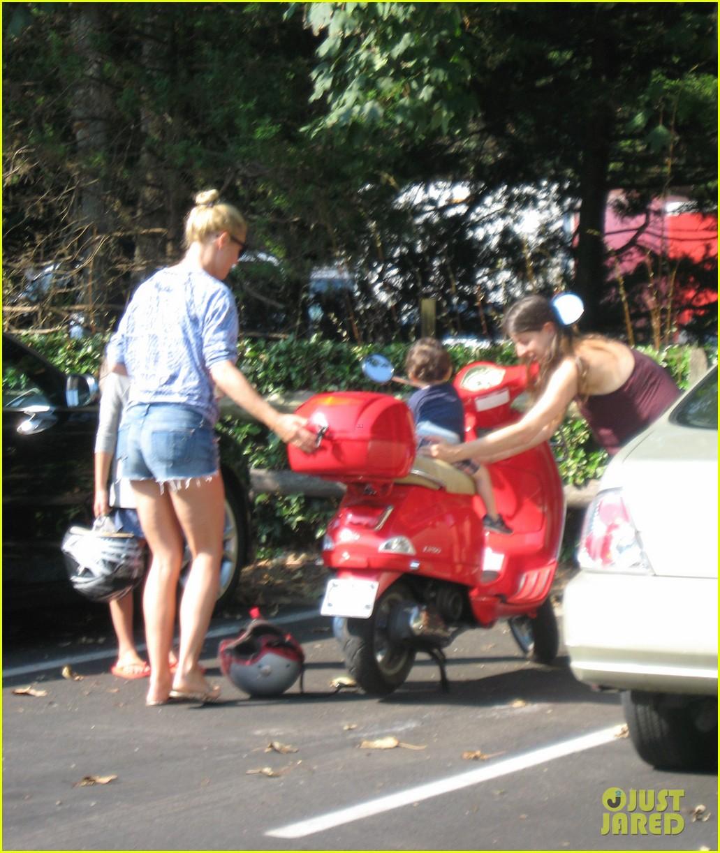 gwyneth paltrow apple moped to coffee shop 07
