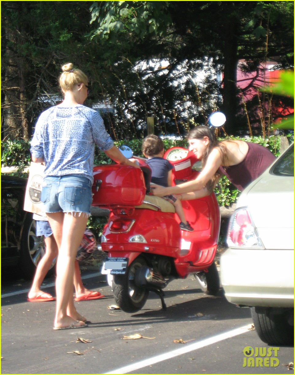 gwyneth paltrow apple moped to coffee shop 09