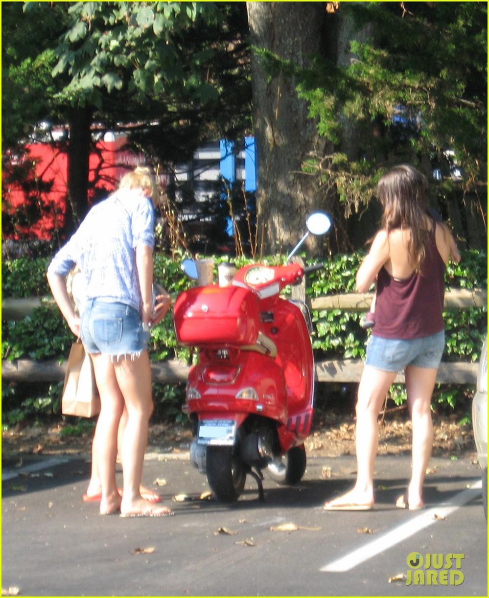 gwyneth paltrow apple moped to coffee shop 102934007