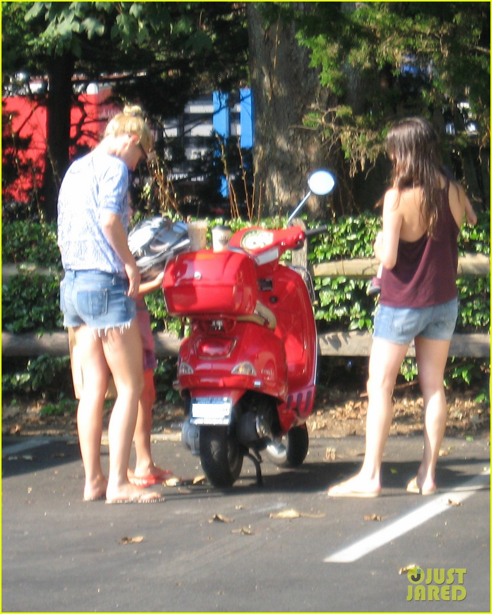 gwyneth paltrow apple moped to coffee shop 112934008