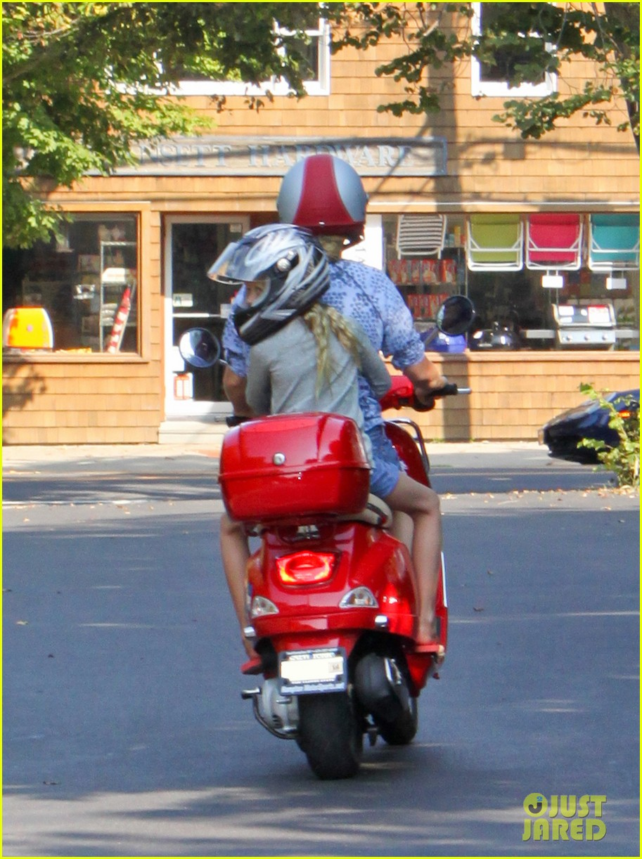 gwyneth paltrow apple moped to coffee shop 162934013