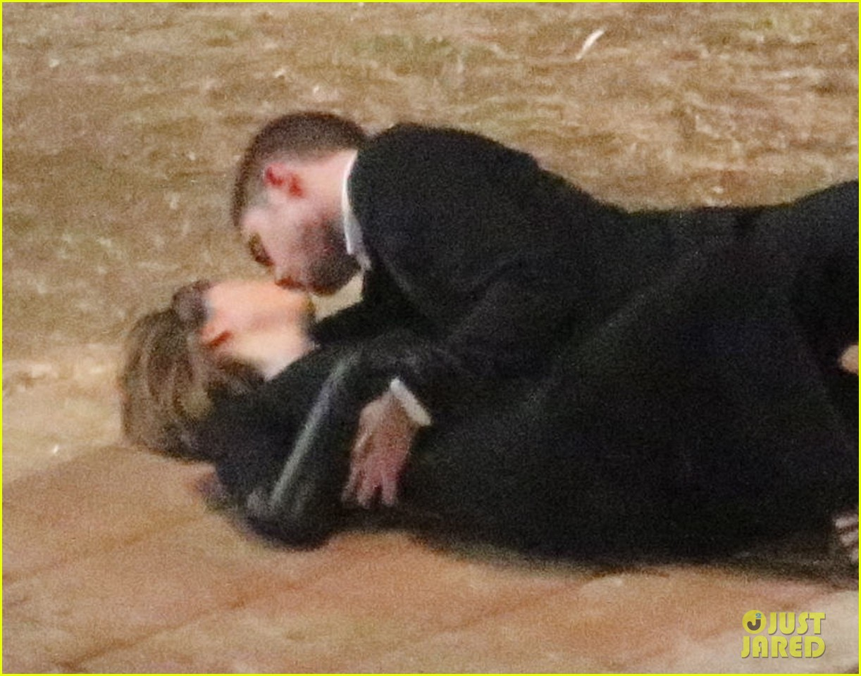 robert pattinson passionately kisses mia wasikowska for map 022935441