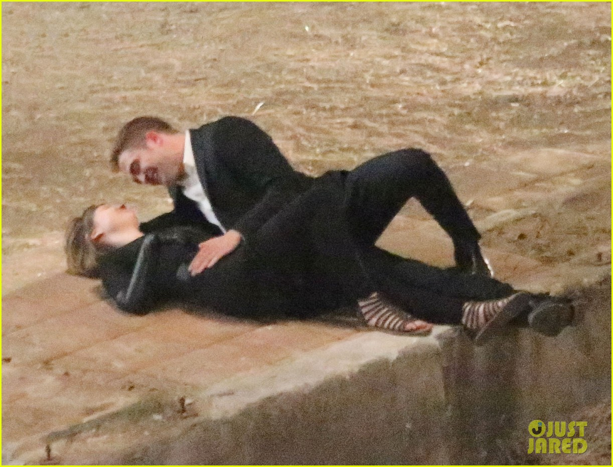 robert pattinson passionately kisses mia wasikowska for map 25