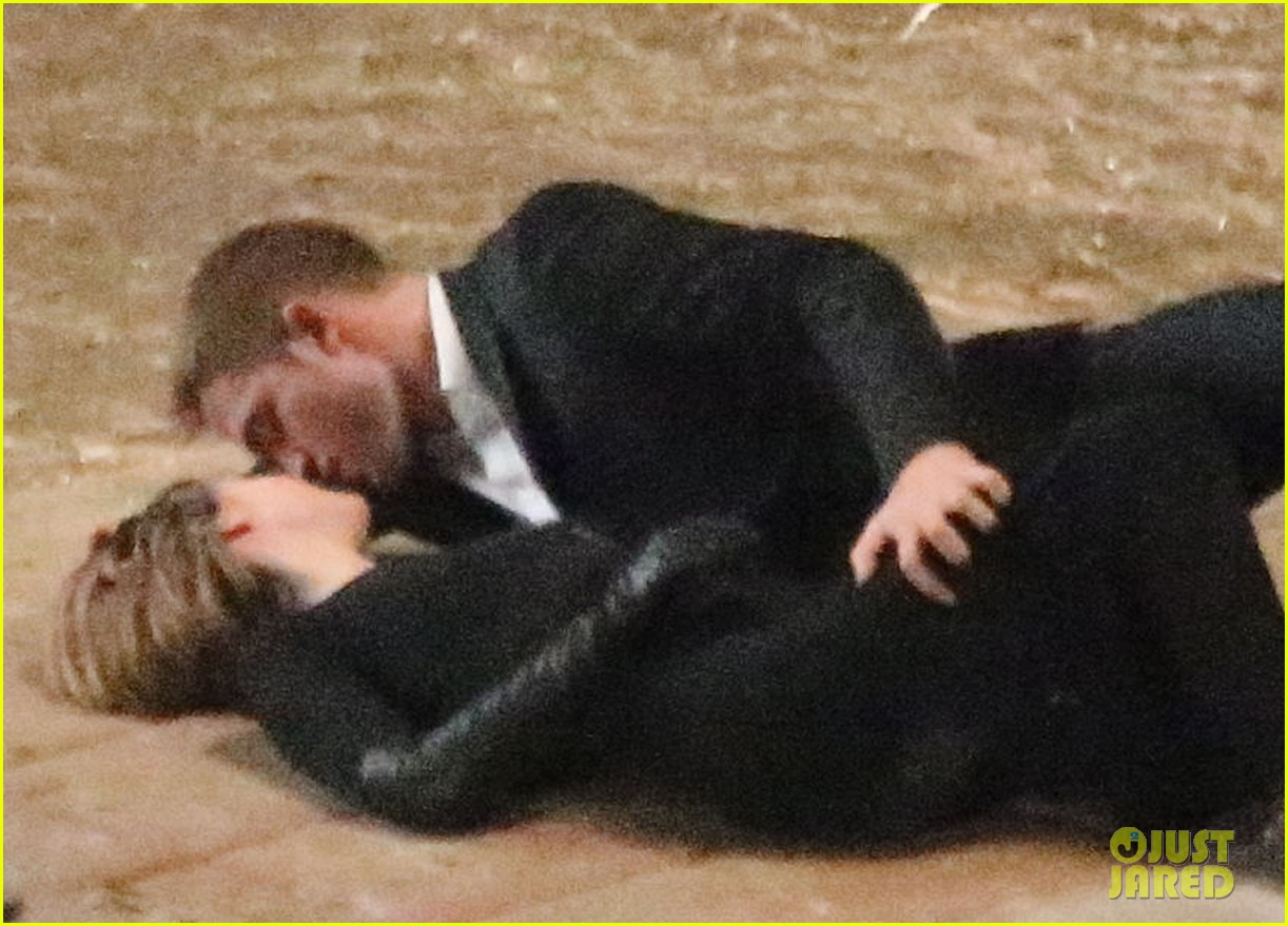 robert pattinson passionately kisses mia wasikowska for map 292935468