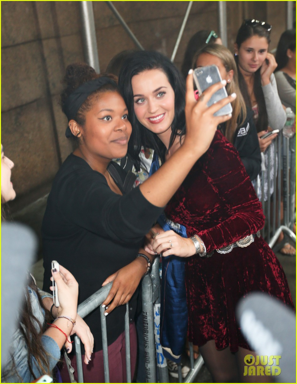 katy perry roars in new york city for z100 visit 04
