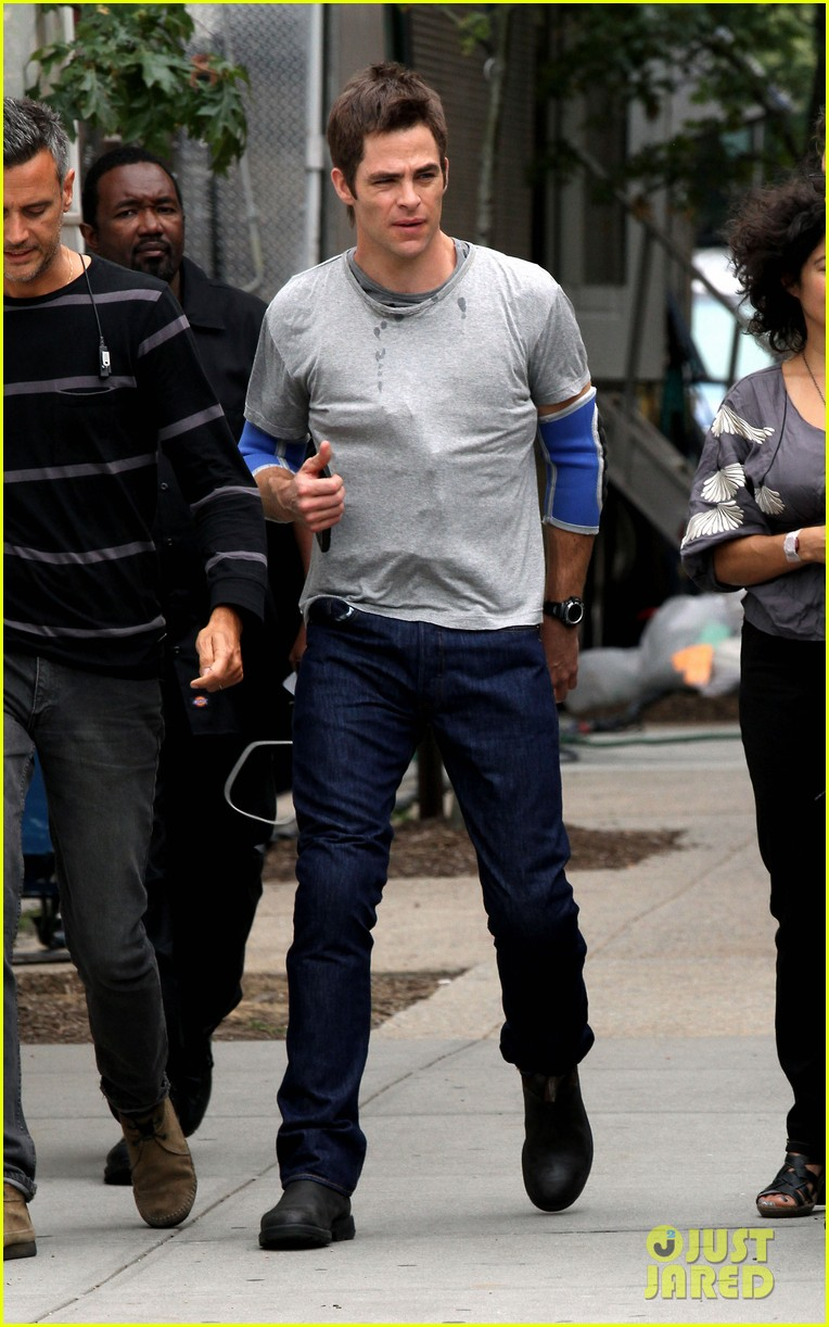 chris pine wears elbow pads for jack ryan reshoots 01