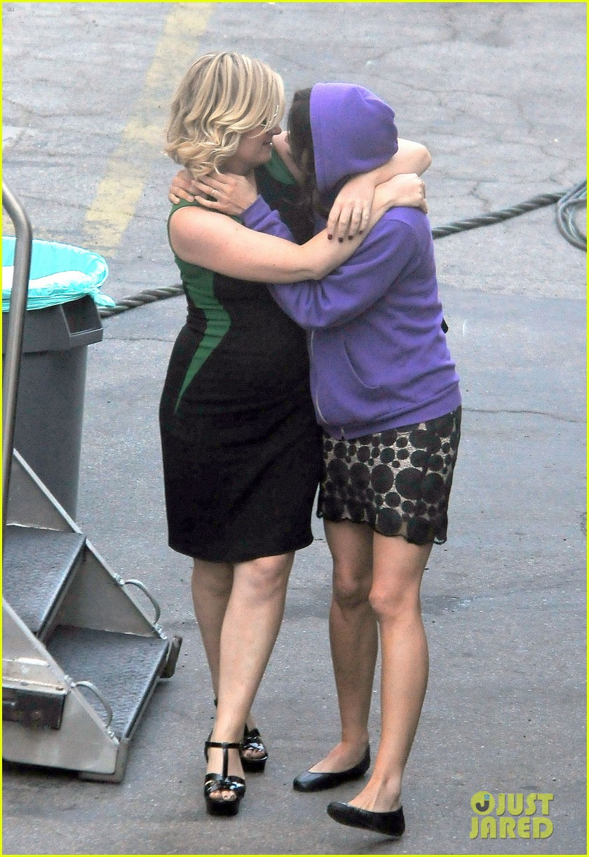 amy poehler playfully kisses aubrey plaza on parks rec set 142927252