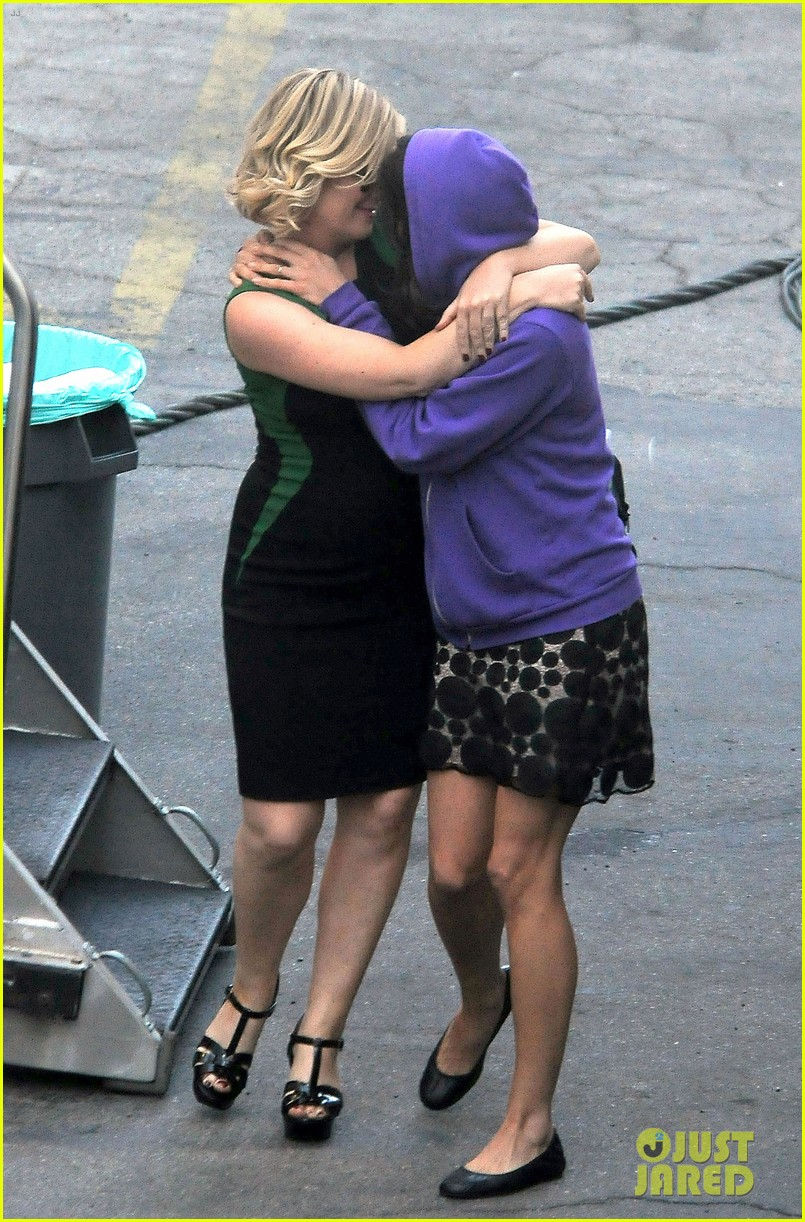 amy poehler playfully kisses aubrey plaza on parks rec set 152927253