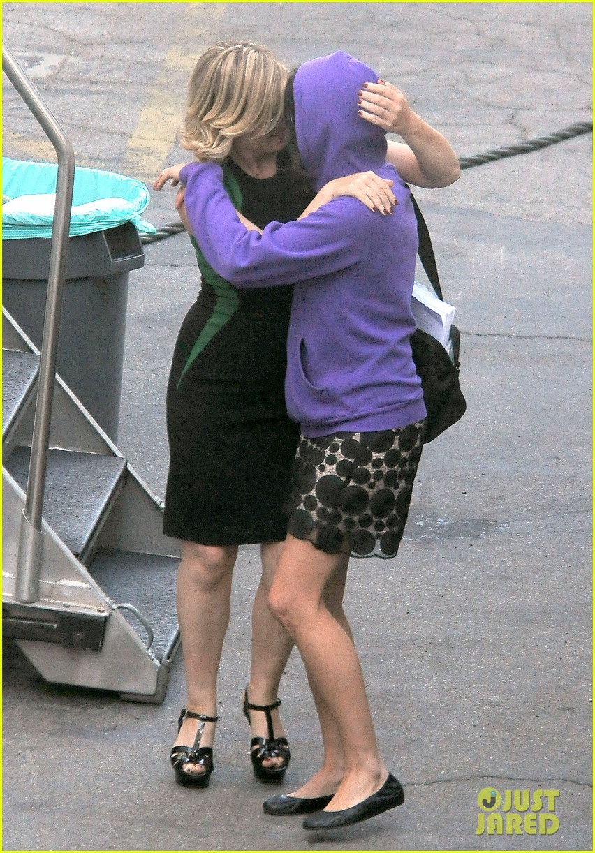 amy poehler playfully kisses aubrey plaza on parks rec set 162927254