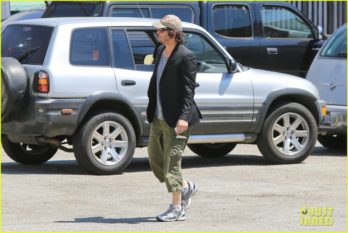 keanu reeves wears interesting outfit at the gym 062935750
