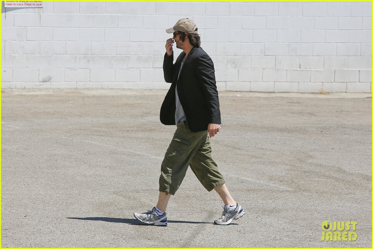 keanu reeves wears interesting outfit at the gym 082935752