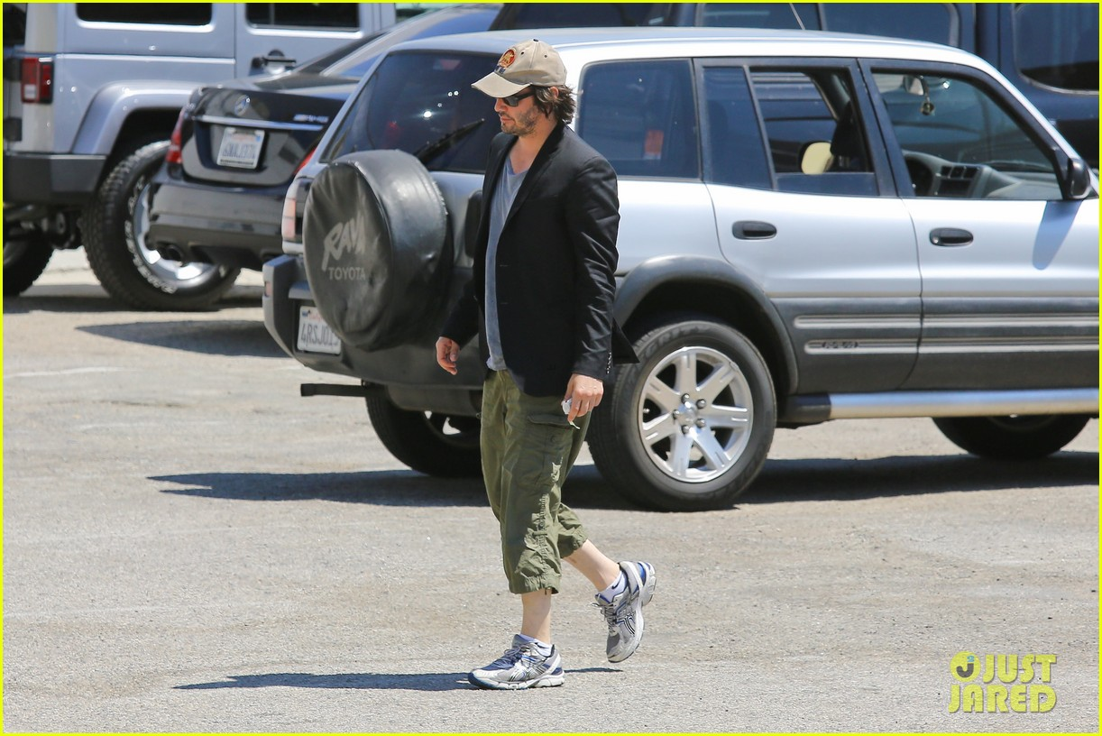 keanu reeves wears interesting outfit at the gym 092935753