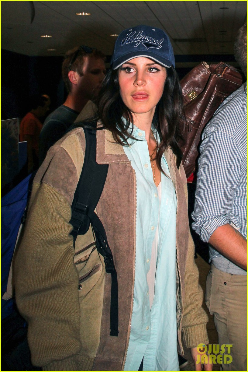lana del rey catches cab at lax after lollapallooza 012923137