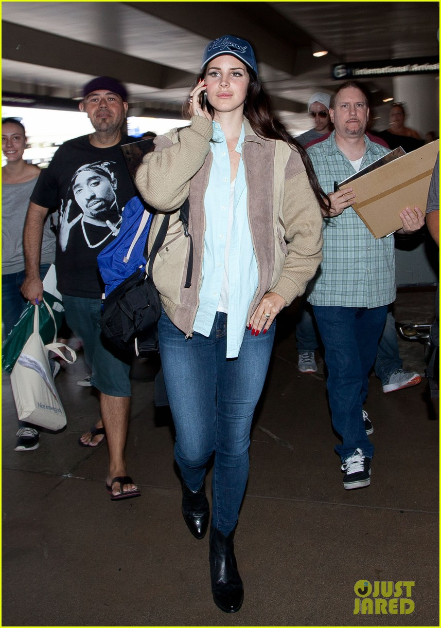 lana del rey catches cab at lax after lollapallooza 022923138