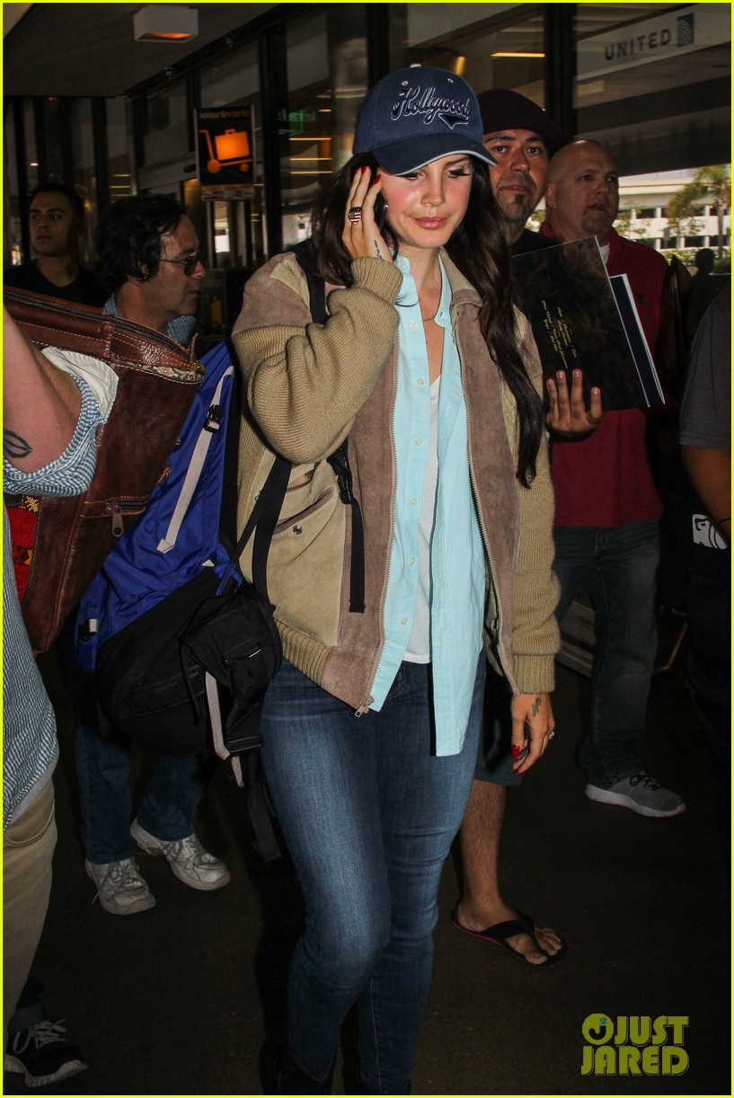 lana del rey catches cab at lax after lollapallooza 03