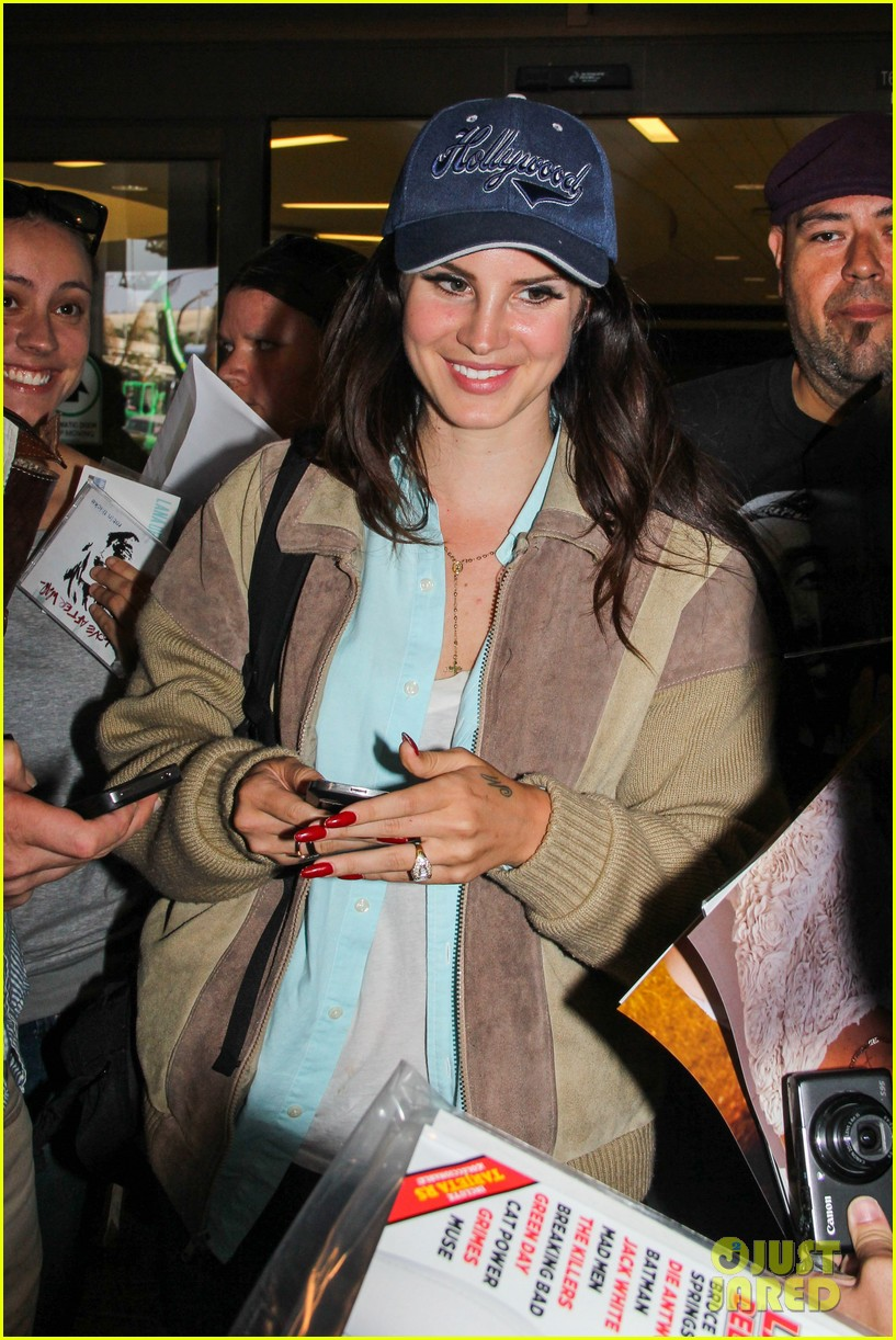 lana del rey catches cab at lax after lollapallooza 052923141