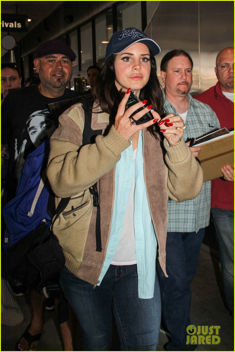 lana del rey catches cab at lax after lollapallooza 062923142