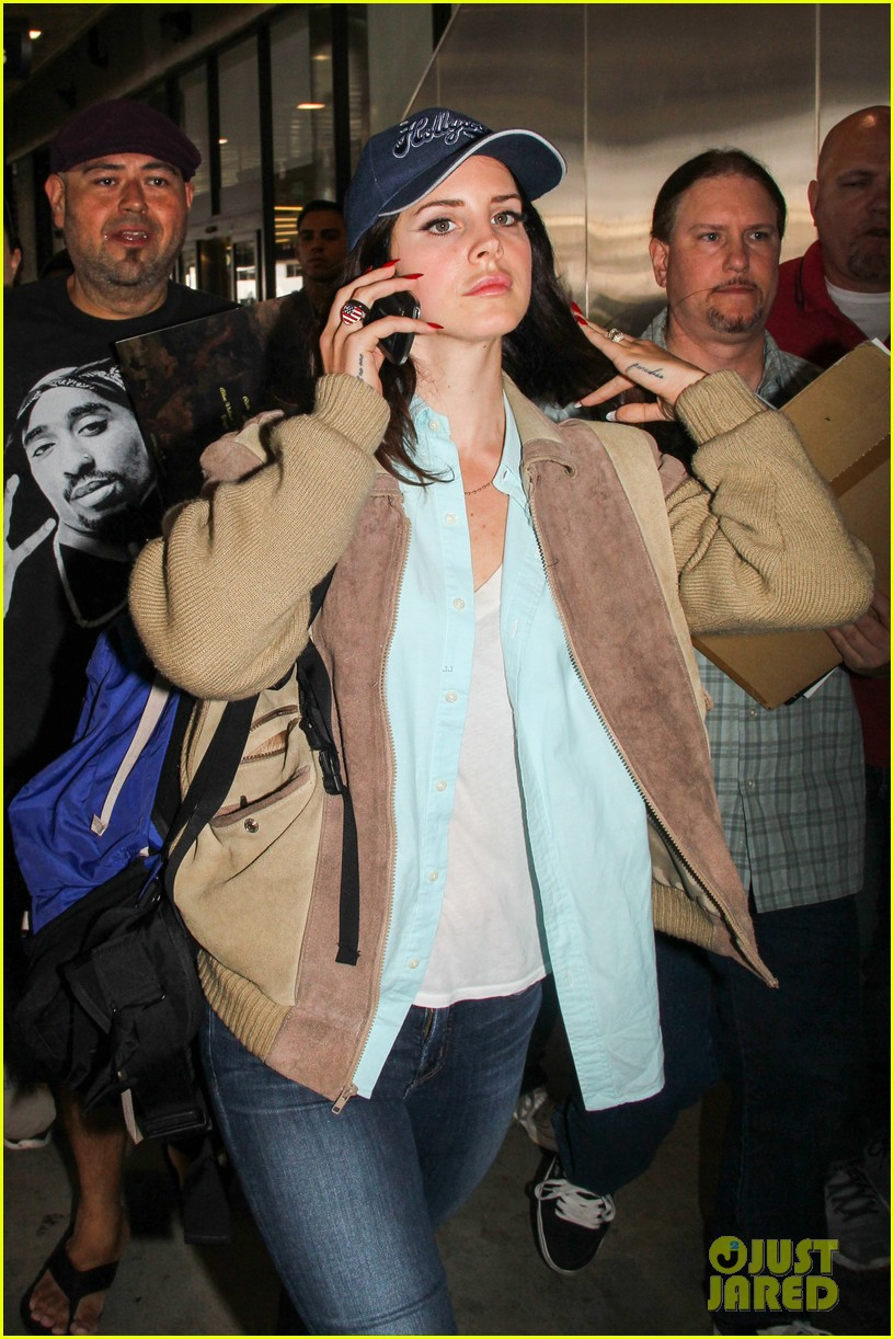 lana del rey catches cab at lax after lollapallooza 07