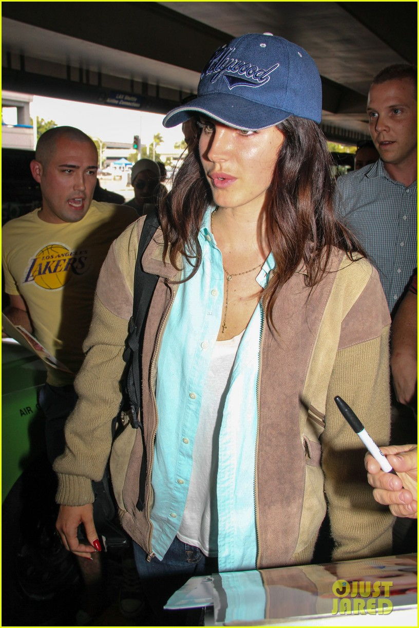 lana del rey catches cab at lax after lollapallooza 082923144