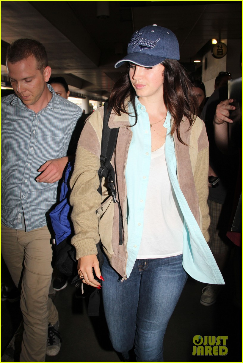lana del rey catches cab at lax after lollapallooza 10