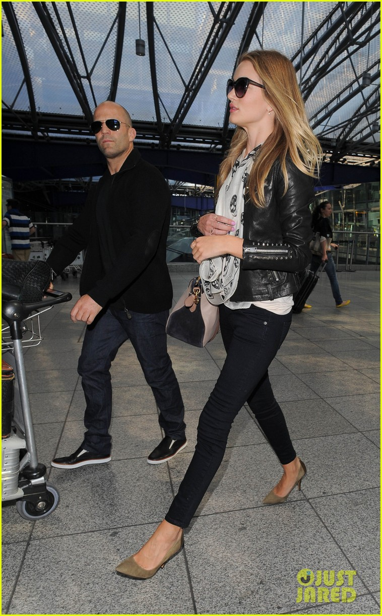 rosie huntington whiteley jason statham land in london 032927869
